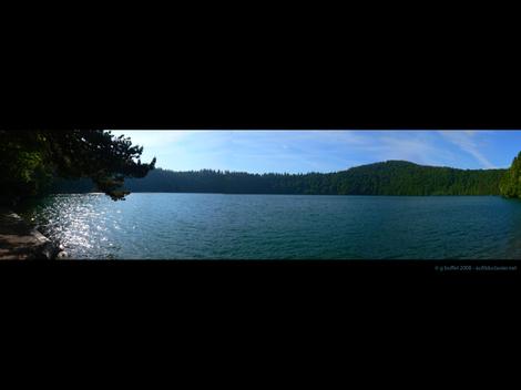 Lac_pavin_panorama